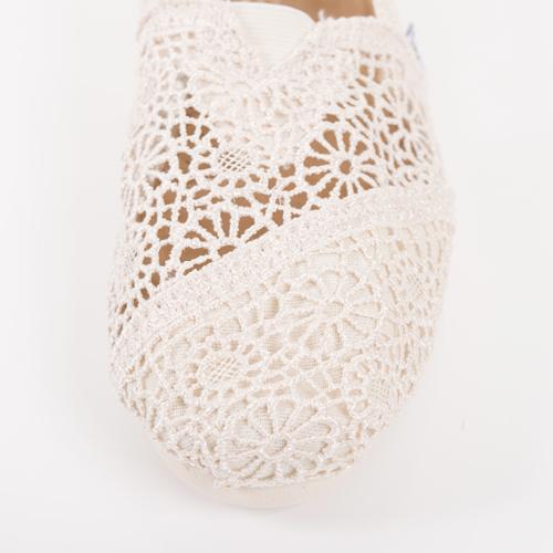 かぎ針編みで花柄の優しいデザインは、女性の目線を釘づけにします☆