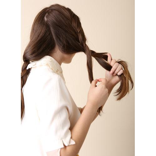 1. 左右2つに分けて、それぞれ表編みを毛先までつくり、ゴムで留める