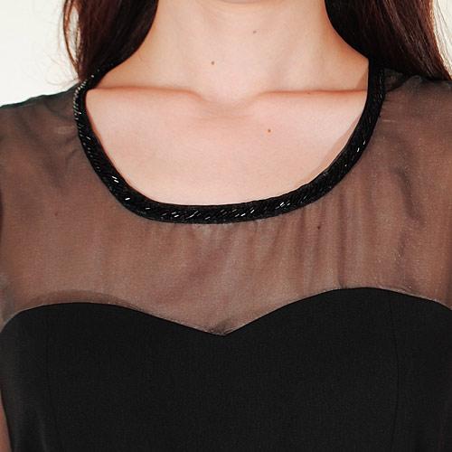 胸元にメッシュ素材を使用しているので、露出しすぎずに品良く着用できます