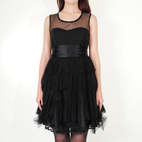 ボリューミーなティアードスカートがゴージャスな、大人可愛いドレス