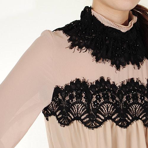 胸元から袖にかけての透け感が、大人っぽく上品なスタイルを演出します