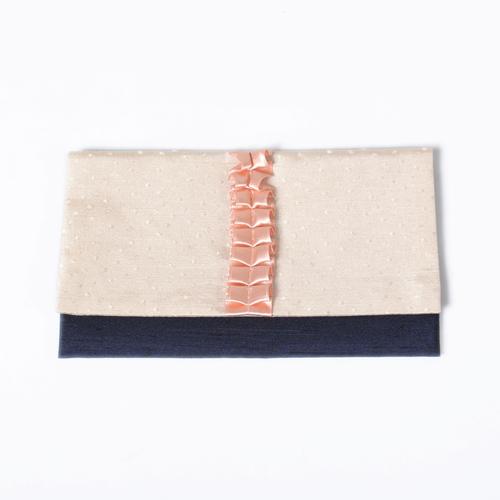 サテン地のバイカラーデザインにキュートなフリルがポイントの袱紗(ふくさ)