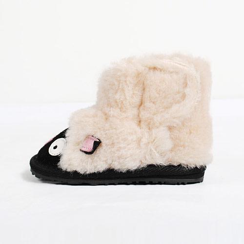 羊毛の中でも最高級とされるオーストラリアメリノのウールを使ったボアをたっぷり使用しています
