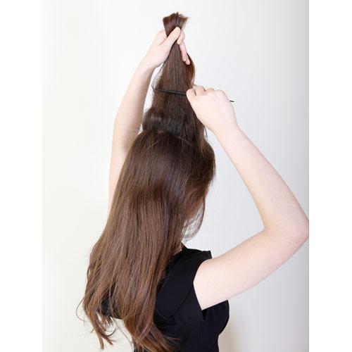 1. 上半分の髪に逆毛を立てる(髪を真上に持ち上げコームで髪を下へととかしボリュームをつくる)