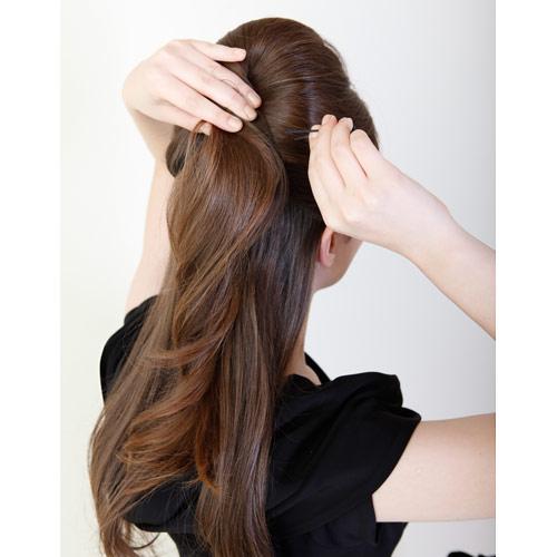 2. (1)でつくった逆毛部分をまとめ後ろでピンで留める