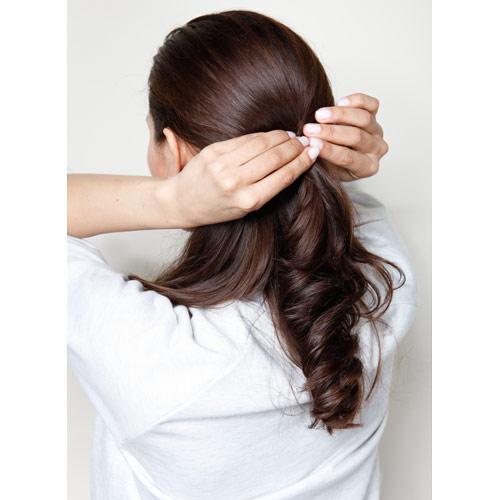 1. 上半分の髪をゴムで留める