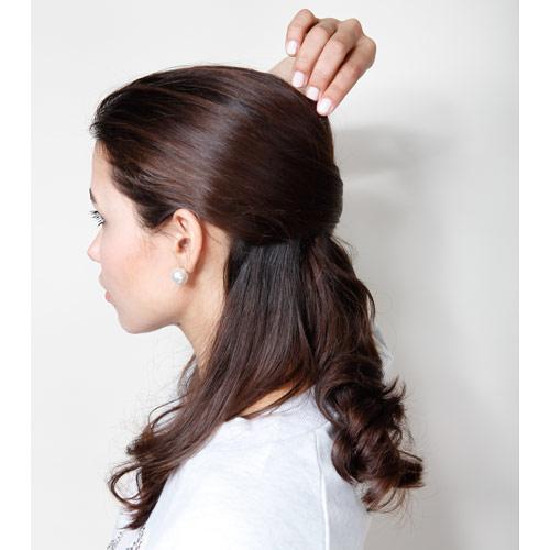 2. トップの髪をつまみ少し引きだす