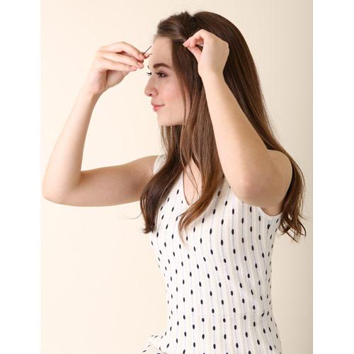 1. 前髪を左へねじりピンで留める