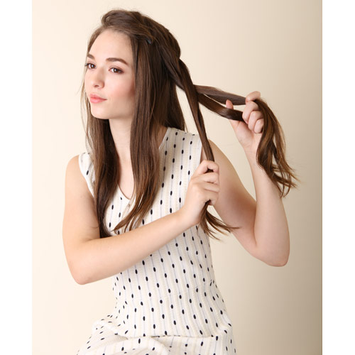 2. トップの方の髪の毛から左へ表編みを耳横までする