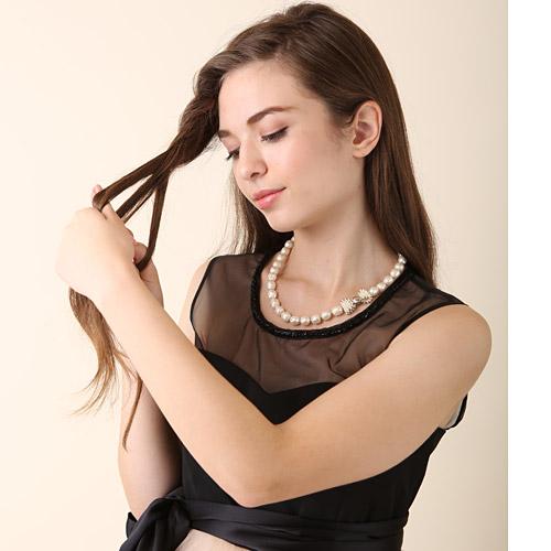 1. 前髪を左へ表編みをしていき、耳の後ろでピンで留める