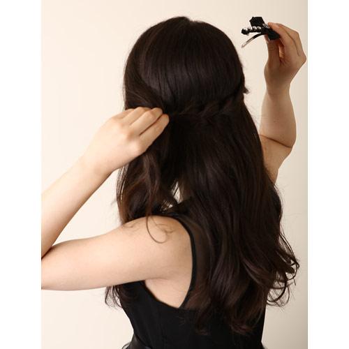 2. 左サイドの髪の毛と右サイドの三つ編みのゴムの部分をまとめ、バレッタで留める