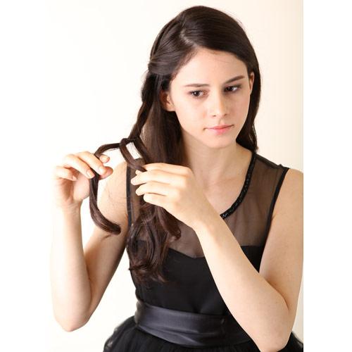 1. 右サイドの髪の毛で三つ編みを長めにつくり、三つ編みの先をゴムで留める