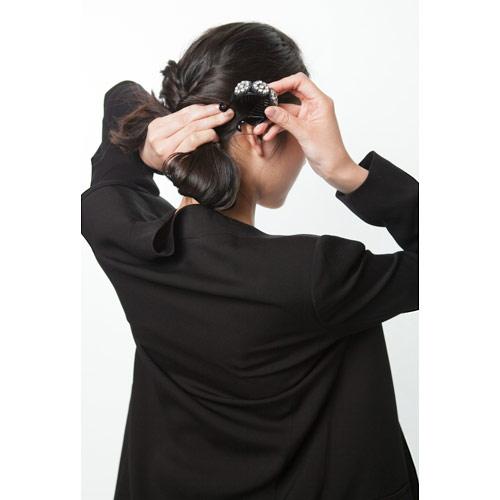 3. 右下で髪をまとめ折り返すようにクリップで留める