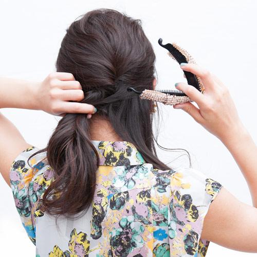 2. 左右のえりあしの髪の毛を多めに残して(1)と合わせて、バナナクリップで留める