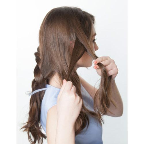 2. 右サイドの髪の毛で表編みをする