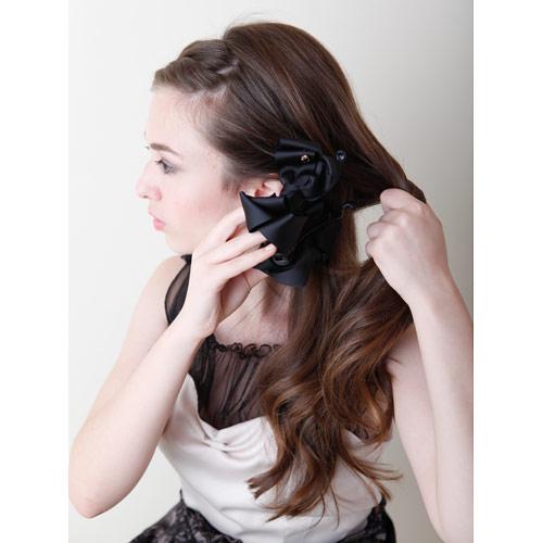 2. 左サイドの下部分の髪を少し残し、残りの髪をクリップで留める