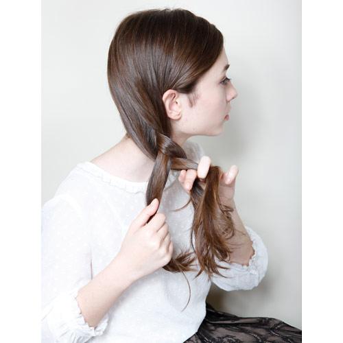 1. 左右の髪を交差させながらねじる