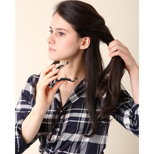 2. 左の耳横で編込んだ髪の毛をバレッタで留める