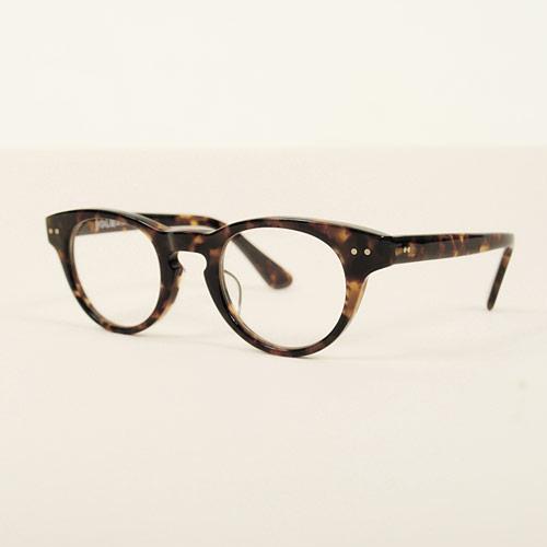 ベーシックであらゆるスタイルに合わせやすい、ウェリントンフレームのメガネ