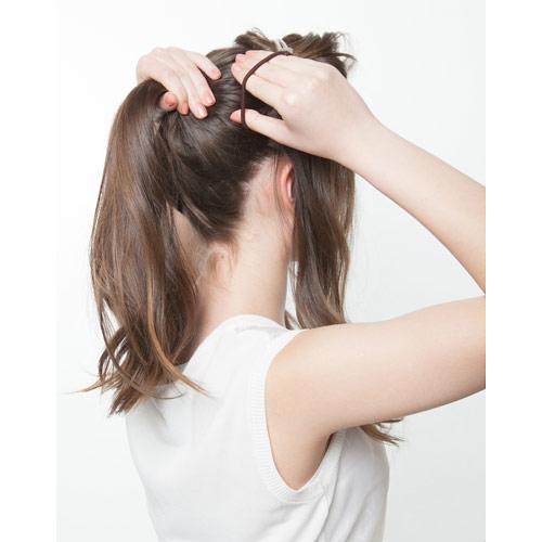 1. 耳から後ろの髪の毛を1つに結ぶ