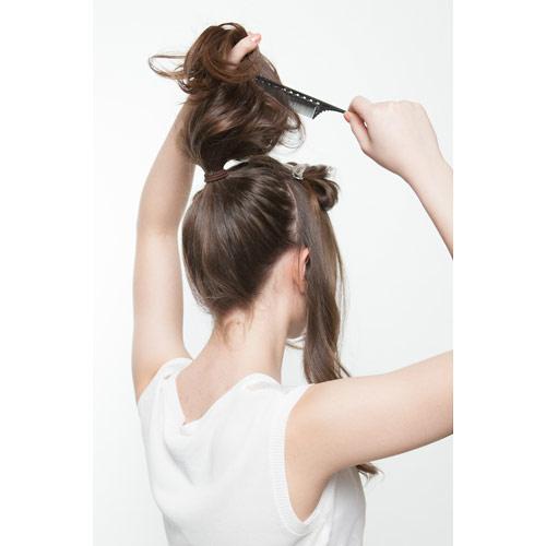 2. 結んだ毛に逆毛を立てる