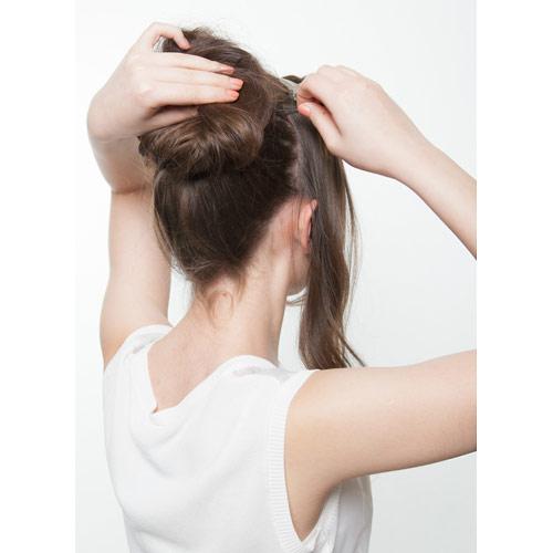 3. 残しておいた顔周りの髪を結び目に向かってピンで留める ※このとき、トップは高くなるよう留める