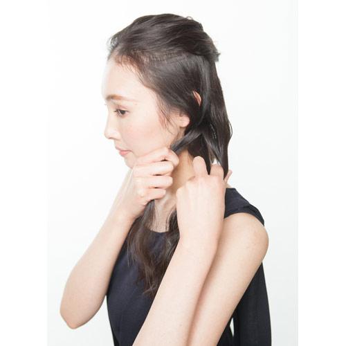 2. 下の髪の毛をそれぞれ分け、三つ編みをつくる
