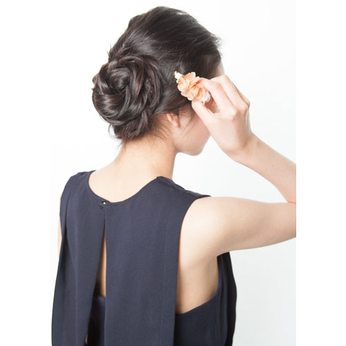 3. 2本の三つ編みを下の方でルーズにまとめ、ピンで留め、好きな位置にバレッタを付ける