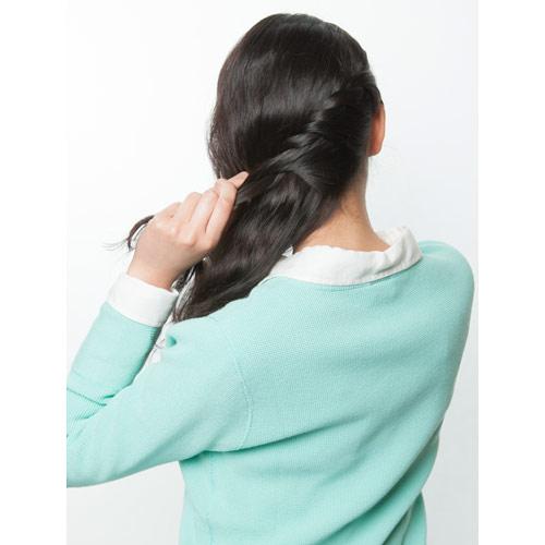 1. 右サイドの髪を左へねじりながらまとめる